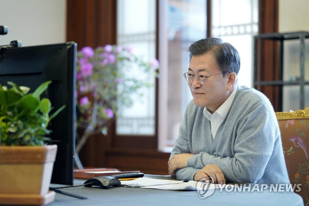 2月11日,在青瓦臺,南韓總統文在寅通過視頻連線向市民拜年。 韓聯社/青瓦臺供圖(圖片嚴禁轉載複製)