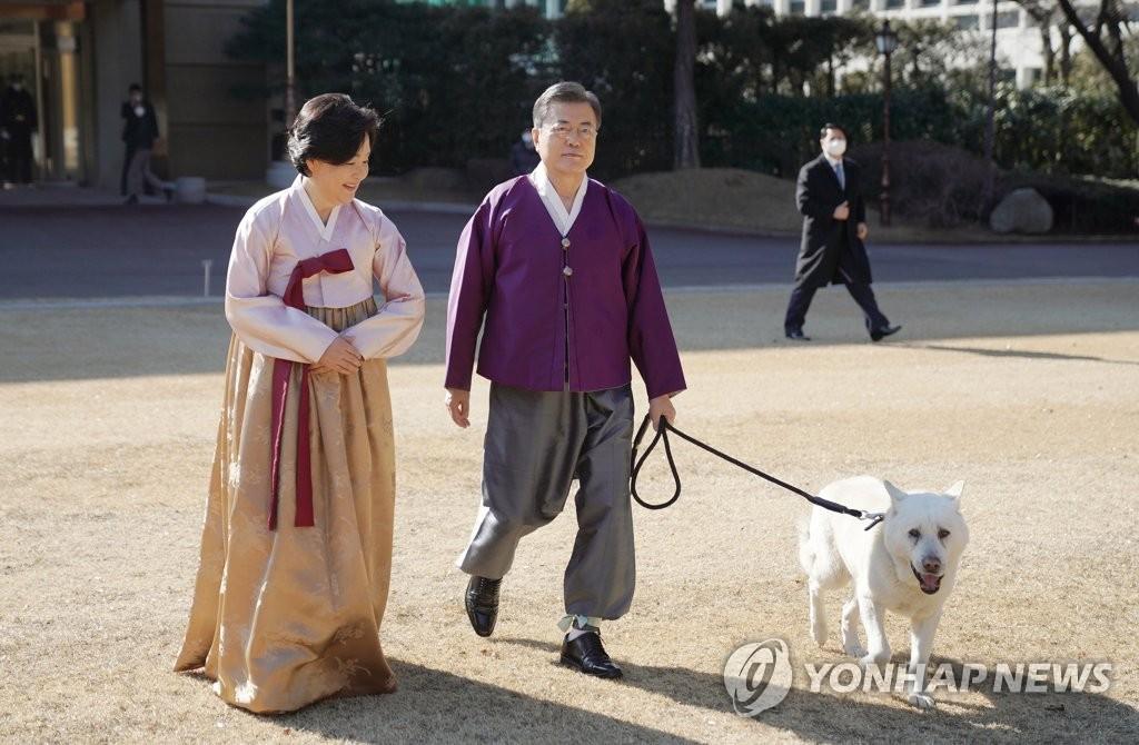 2月12日,在青瓦臺,南韓總統文在寅(右)和夫人金正淑女士換上韓服,準備拍攝拜年視頻。 韓聯社/青瓦臺供圖(圖片嚴禁轉載複製)