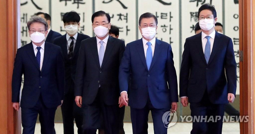 2月15日,在青瓦臺,文在寅(右二)向新任國務委員頒發任命書後離場。 韓聯社