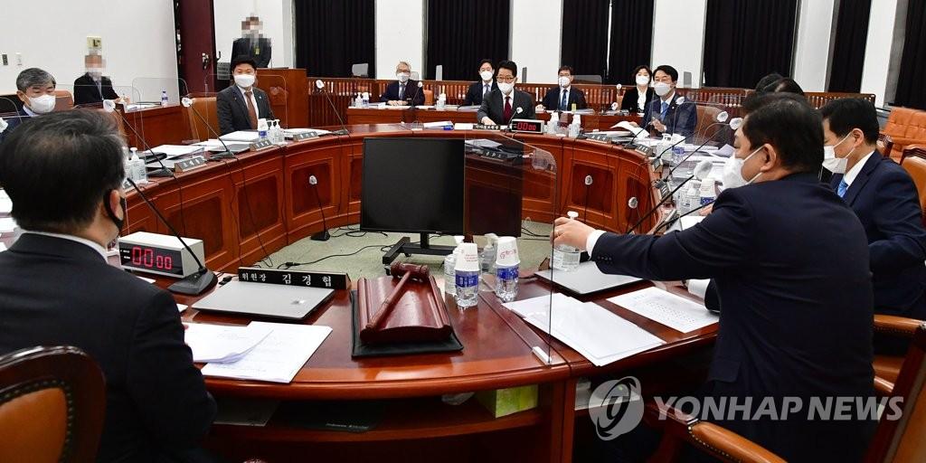 2月16日上午,在南韓國會,國家情報院院長樸智元出席情報委員會全會。 韓聯社
