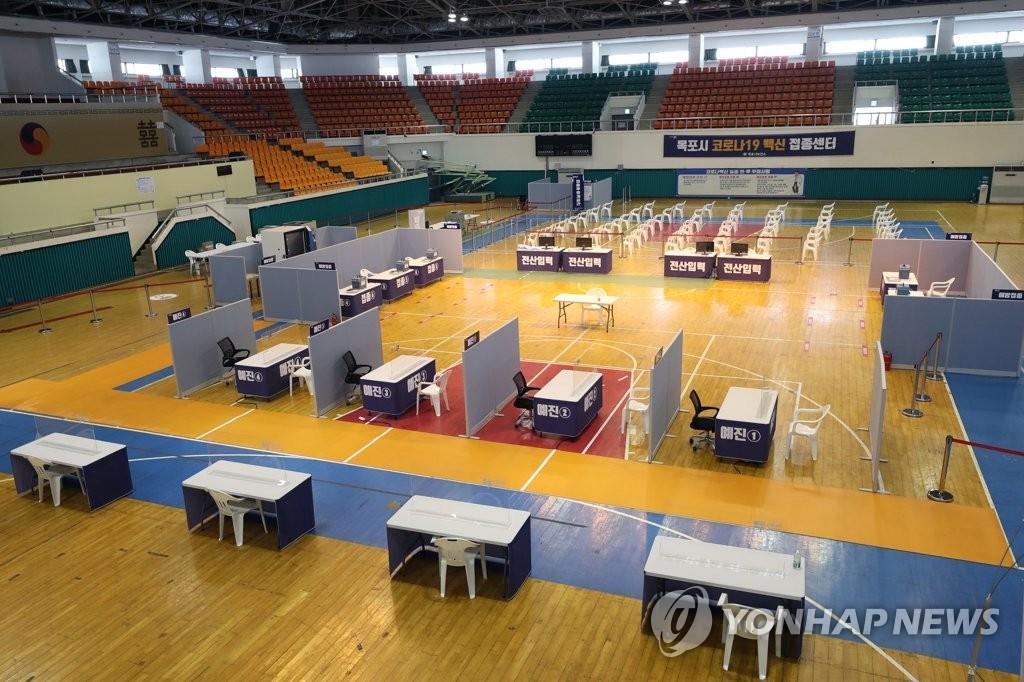 資料圖片:2月18日,在全羅南道木浦室內體育館,一天可接種600人的疫苗接種中心虛位以待。 韓聯社