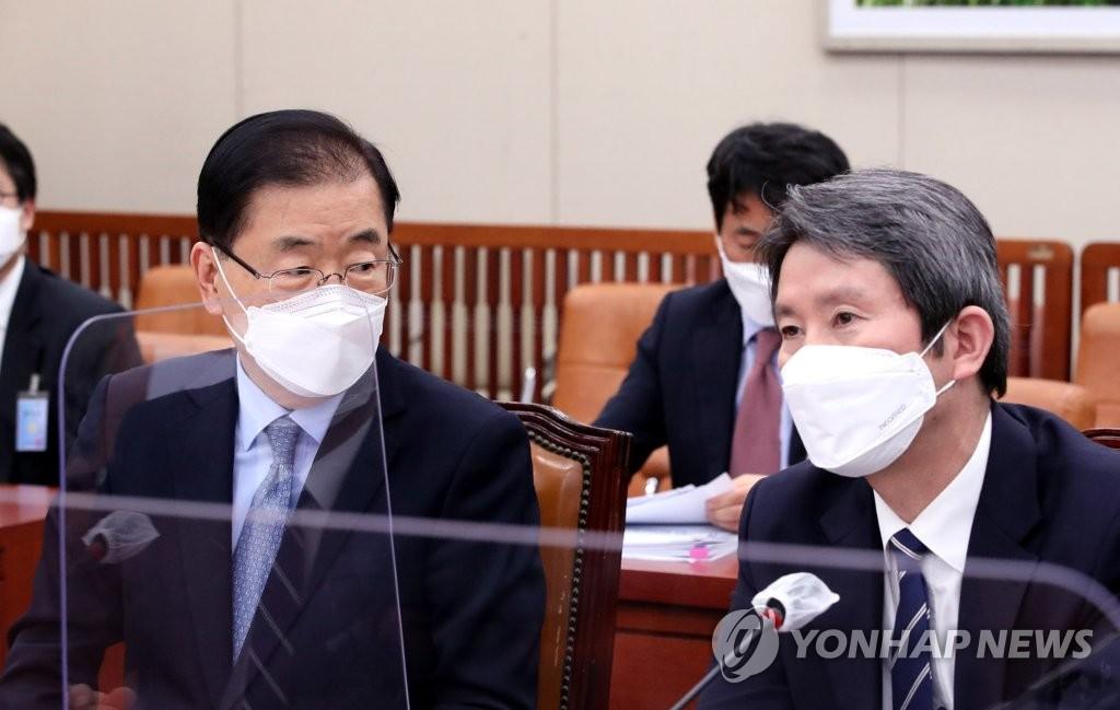 2月18日,在南韓國會,統一部長官李仁榮(右)出席國會外交統一委員會全體會議。 韓聯社