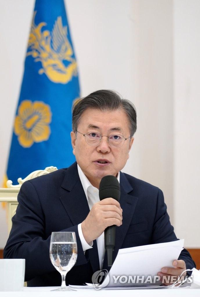 2月19日,在青瓦臺,文在寅與執政黨領導班子座談。 韓聯社