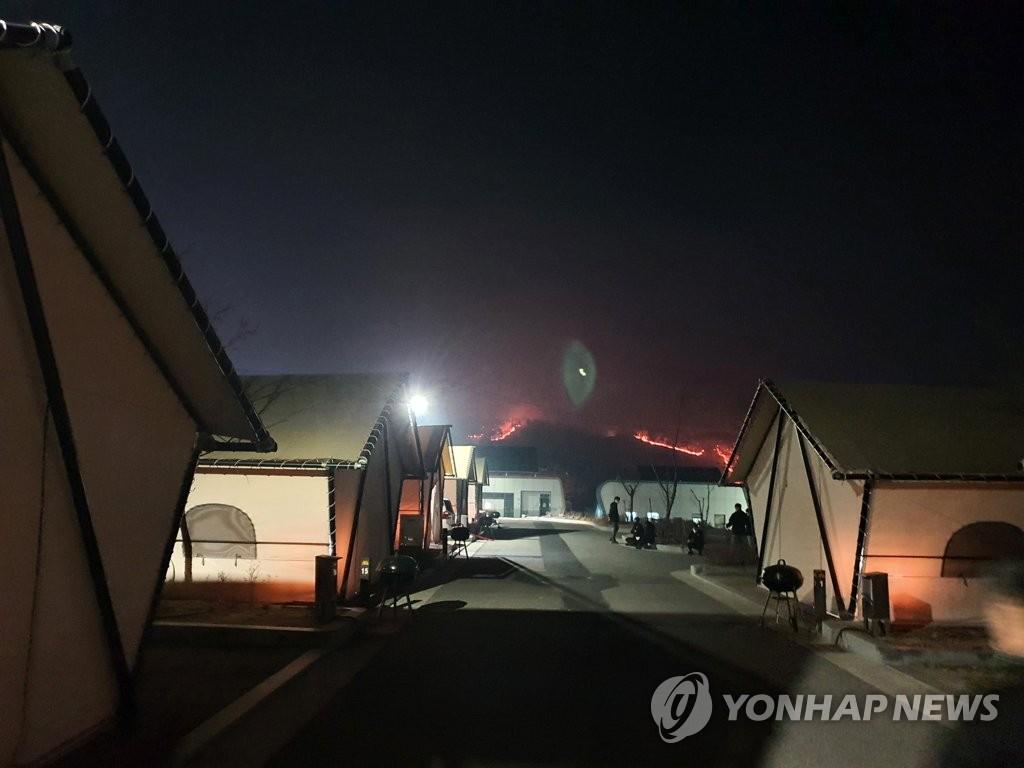2月21日晚,慶尚北道安東市臨東面輞川�堣@處露營地附近的小山出現火情。 韓聯社