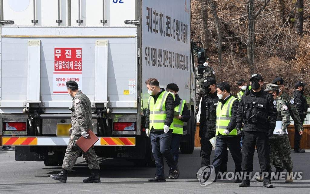 2月24日,運輸阿斯利康疫苗的運輸車駛入京畿道利川物流中心。 韓聯社/聯合攝影採訪團