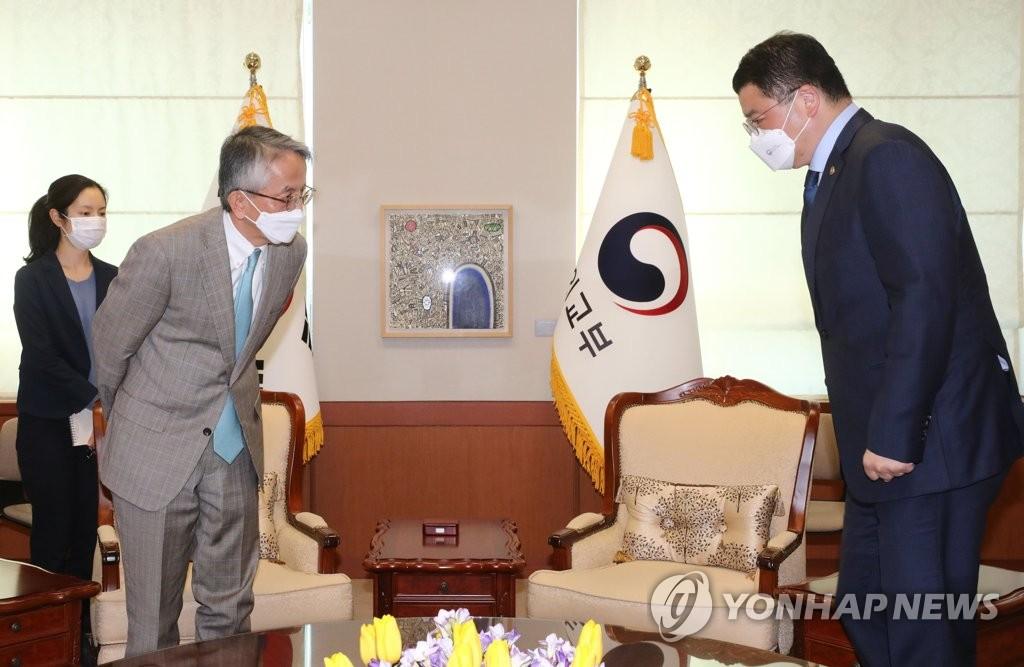 2月16日,在南韓外交部大樓,新任日本駐韓大使相星孝一(左)會見南韓外交部次官崔鐘建。 韓聯社