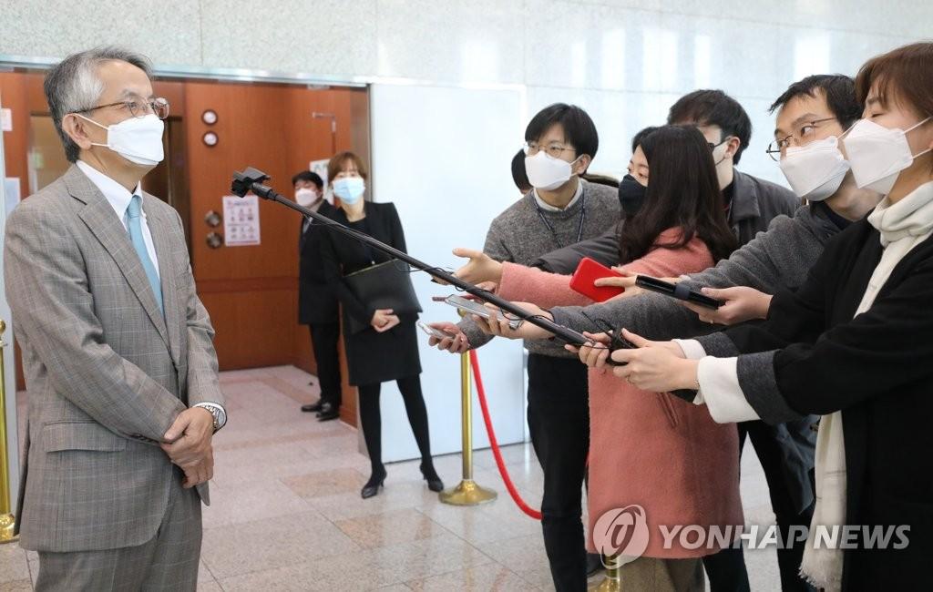 2月26日上午,在首爾市的南韓外交部,相星孝一在會見南韓外交部次官崔鐘建後,回答記者提問。 韓聯社