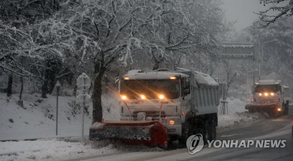 資料圖片:3月1日,在江原道江陵市,除雪車在進行掃雪作業。 韓聯社