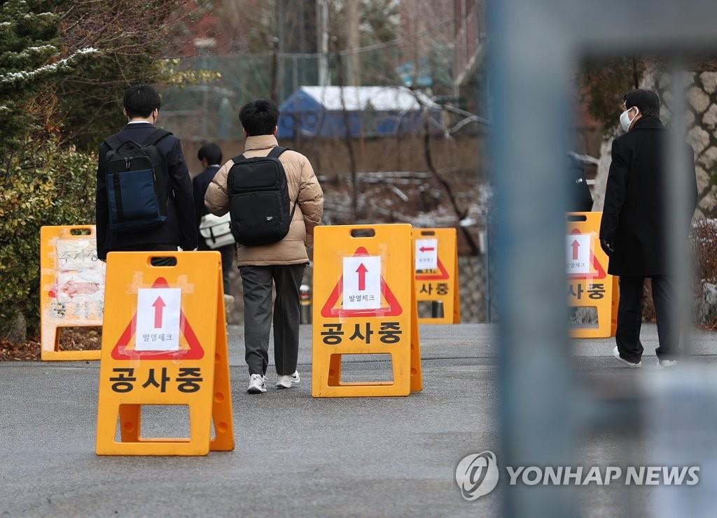資料圖片:在一處篩查診所,市民排隊侯檢。 韓聯社
