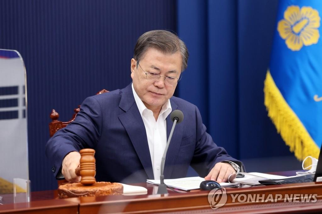 3月2日,在青瓦臺,文在寅出席國務會議。 韓聯社