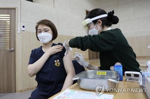 韓軍醫務人員打完第一劑新冠疫苗
