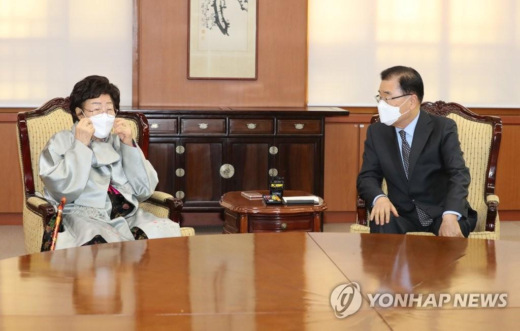 3月3日,在位於首爾市的外交部辦公大樓,外交部長官鄭義溶(右)會見慰安婦受害者李容洙。 韓聯社