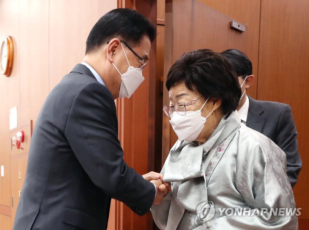 韓外長與慰安婦受害者面談