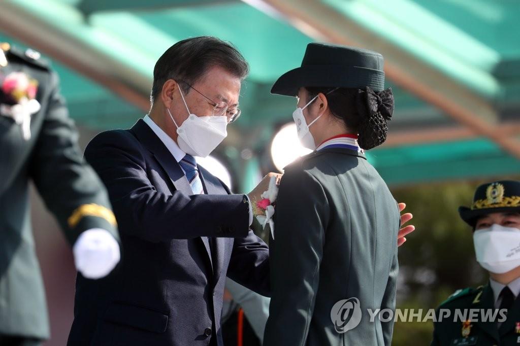 文在寅為國軍看護士官畢業生授銜