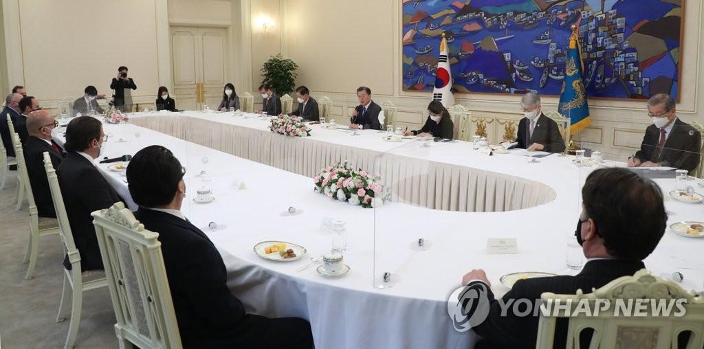 3月16日,在青瓦臺,文在寅與中南美四國高官舉行會談。 韓聯社