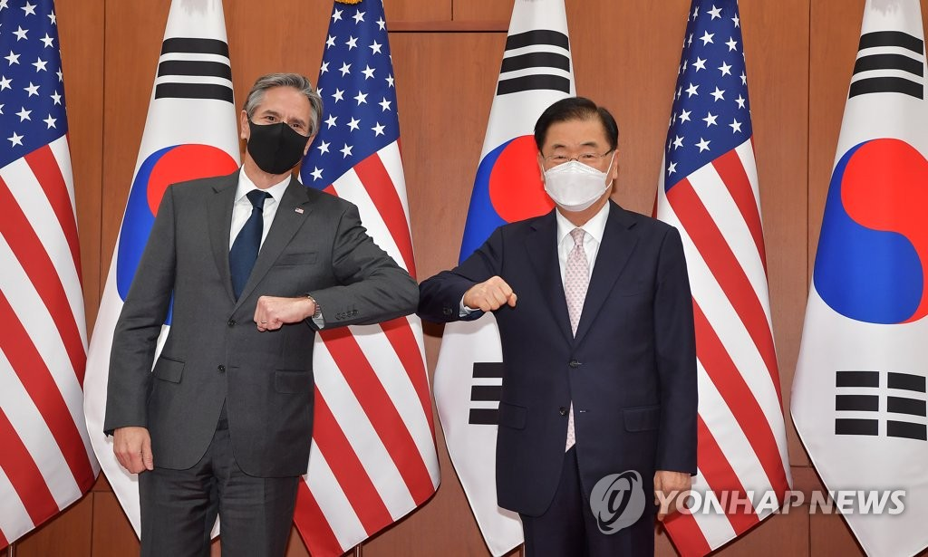 資料圖片:3月17日,在首爾市外交部大樓,南韓外交部長官鄭義溶(右)和美國國務卿布林肯碰肘代替握手。 韓聯社/聯合攝影團