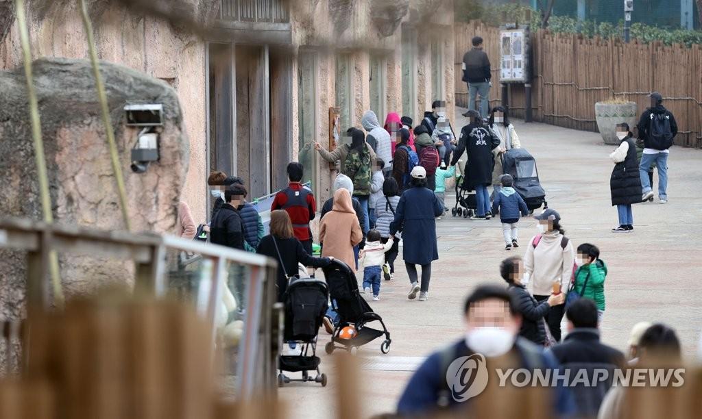 資料圖片:3月21日,在首爾兒童大公園,訪客們遊覽動物園。 韓聯社