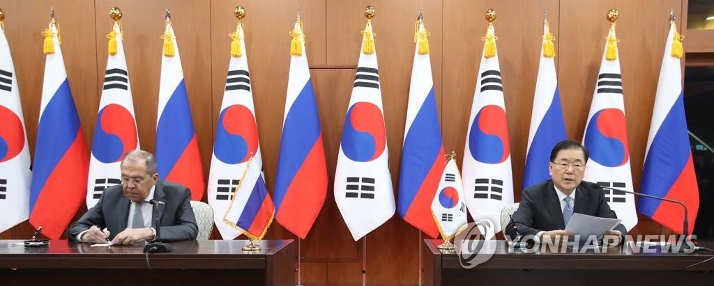 3月25日,在首爾市外交部辦公大樓,南韓外交部長官鄭義溶(右)和俄羅斯聯邦外交部長拉伕羅夫在結束會談後舉行記者會。 韓聯社/聯合採訪團