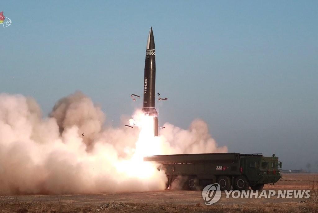 資料圖片:朝鮮中央電視臺3月26日報道,朝鮮25日試射兩枚新型戰術導彈。 韓聯社/朝鮮中央電視臺畫面截圖(圖片僅限南韓國內使用,嚴禁轉載複製)