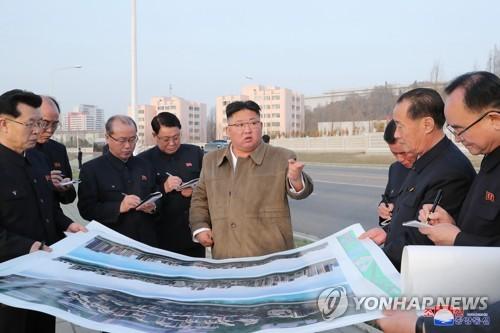 金正恩視察平壤市中心高級住宅區建設現場