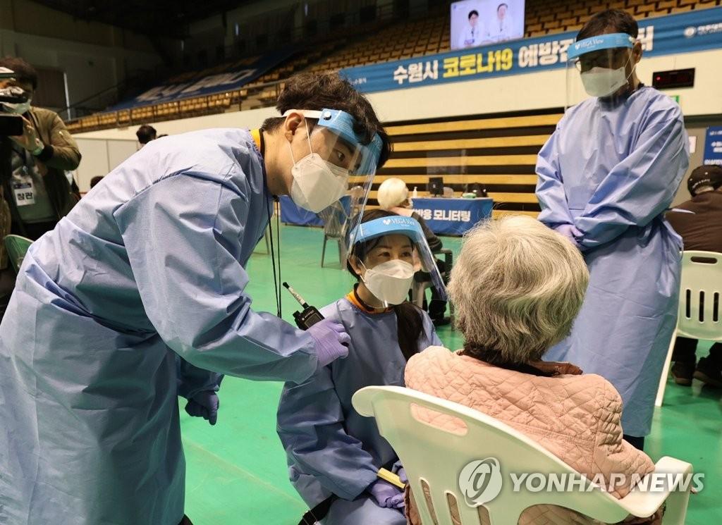 資料圖片:醫務人員觀察接種人員有無異常反應。 韓聯社/京畿道聯合攝影團