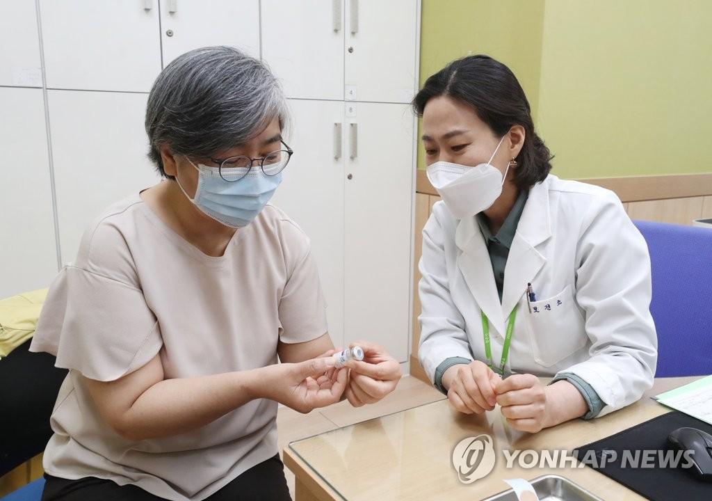 4月1日,在忠清北道清州市興德區衛生站,南韓疾病管理廳廳長鄭銀敬(左)準備接種阿斯利康新冠疫苗。 韓聯社