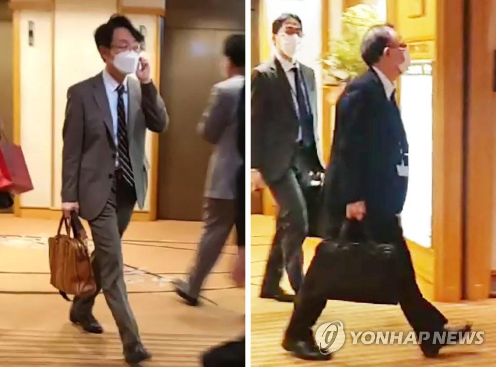 資料圖片:2021年4月1日,在位於日本東京的一家酒店,南韓外交部亞太局局長李相烈(左)和日本外務省亞洲大洋洲局局長船越健裕舉行部長級會議後離場。 韓聯社
