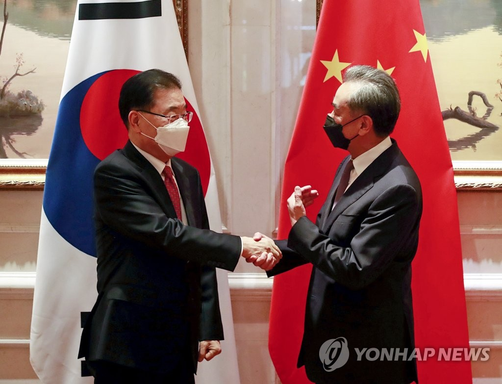 資料圖片:4月3日,在中國廈門,南韓外交部長官鄭義溶(左)與中國國務委員兼外交部長王毅握手致意。 韓聯社