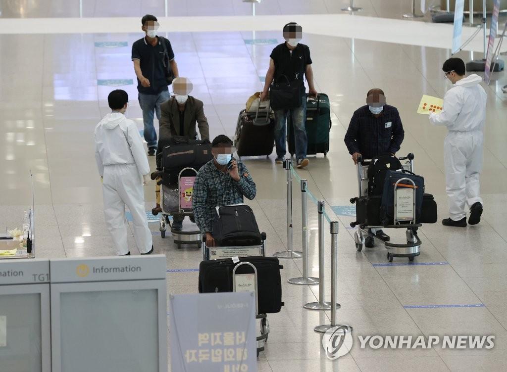 春季出行量增加,變異病毒感染病例不斷發生導致南韓境內新冠疫情形勢持續嚴峻,防疫部門保持高度警惕。圖為4月6日上午的仁川機場第一航廈國際到達大廳。 韓聯社