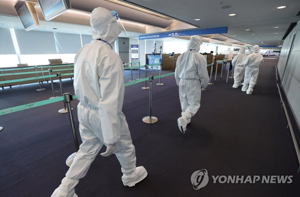資料圖片:仁川國際機場第一航廈到達大廳檢疫站,攝于4月6日。 韓聯社