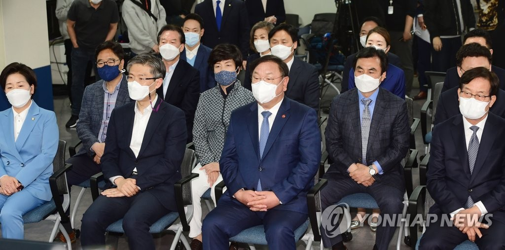 4月7日,在位於首爾汝矣島的執政黨共同民主黨辦公樓,該黨黨鞭兼代理黨首金太年(前排左三)觀看三大電視臺出口民調結果。 韓聯社
