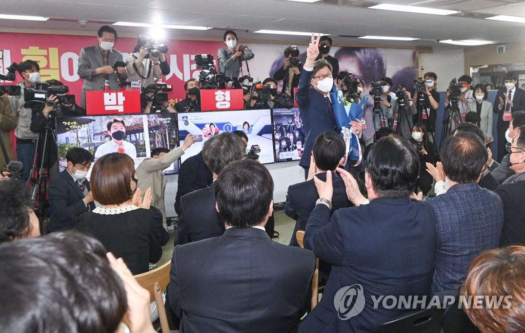 4月7日,在釜山市鎮區的選舉辦公室,釜山市長補選國民力量黨候選人樸亨埈舉臂慶祝當選大勢已定。 韓聯社