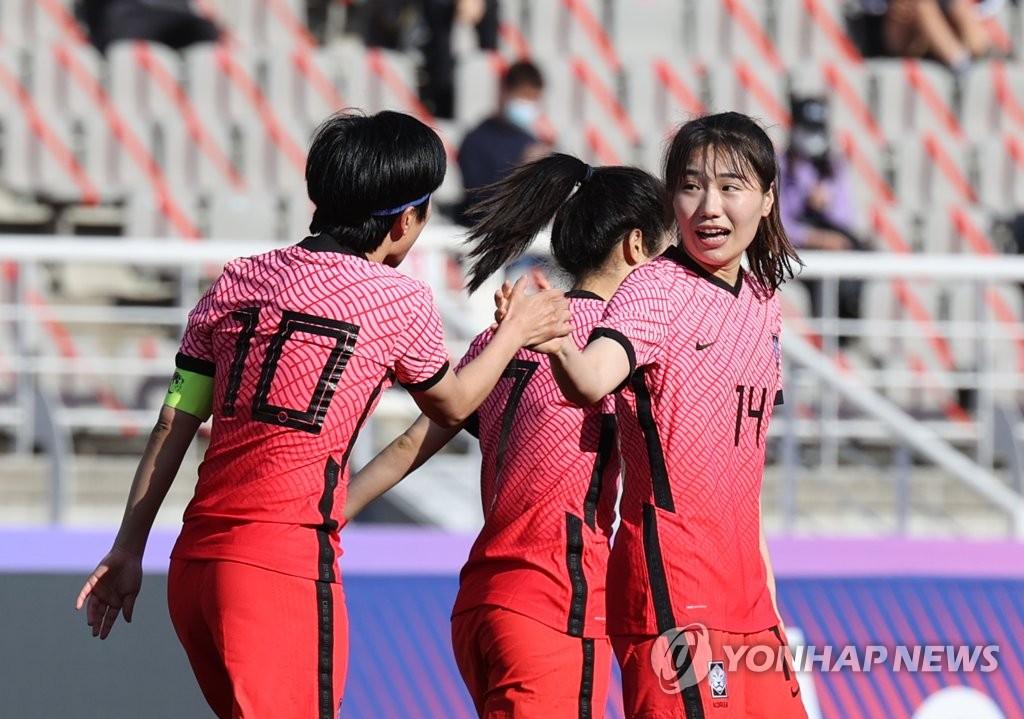 資料圖片:4月8日,東京奧運會女足亞洲區預選賽附加賽韓中對陣的首場比賽在位於南韓京畿道高陽市的高陽綜合運動場舉行。圖為姜綵林追平比分後與隊長池笑然(左)擊掌慶祝。 韓聯社