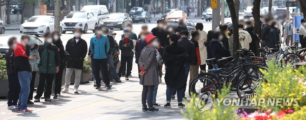資料圖片:市民排隊候檢。 韓聯社