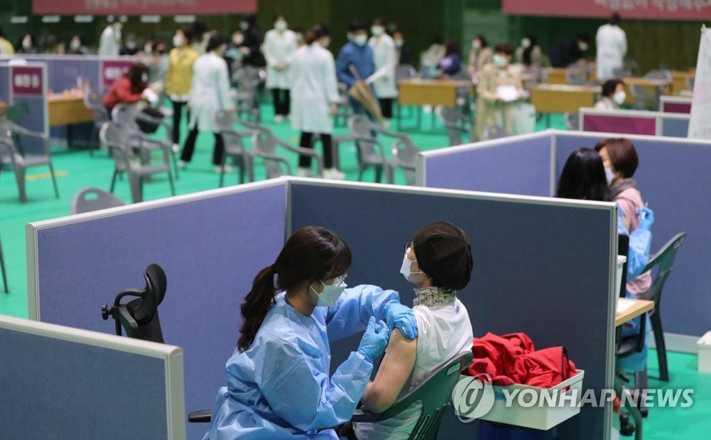 4月12日,在光州北區,特殊學校和各級學校工作人員正在接種阿斯利康新冠疫苗。政府當天重啟阿斯利康疫苗接種工作。 韓聯社