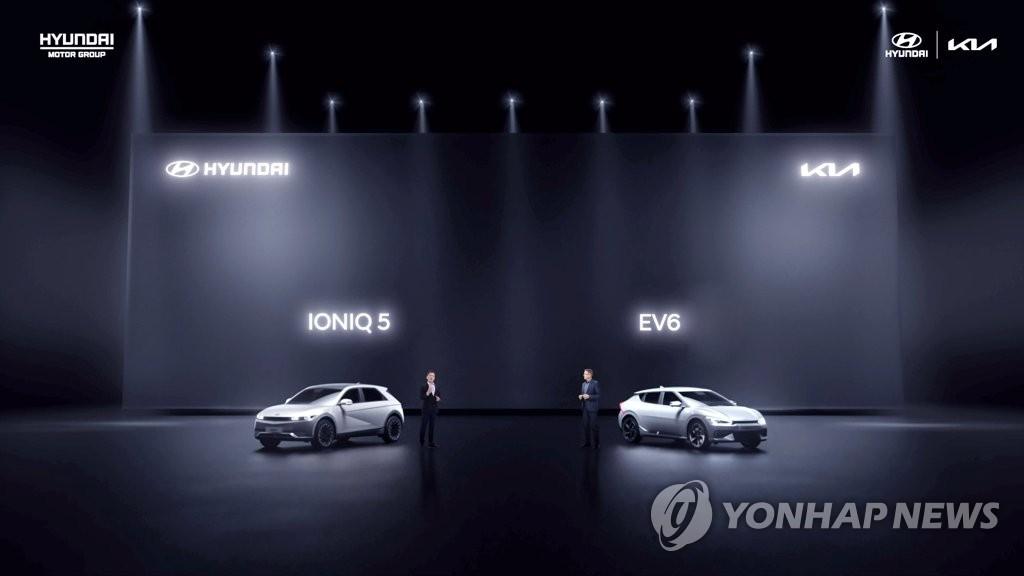 """資料圖片:現代艾尼氪5(左)和起亞EV6今年4月亮相""""現代起亞中國戰略發表會""""。 現代汽車供圖(圖片嚴禁轉載複製)"""