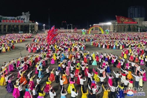 """朝鮮青年慶祝""""太陽節"""""""