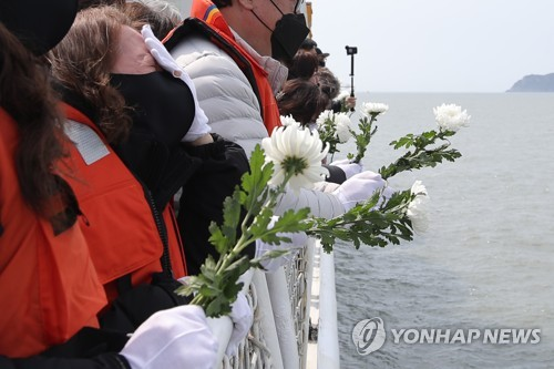 """韓各地舉行""""世越""""號沉船7週年紀念儀式"""