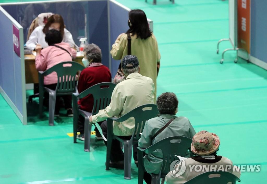 資料圖片:4月19日,在位於光州市北區的一處新冠疫苗接種點,75周歲以上的老年人在接種輝瑞疫苗前排隊候診。 韓聯社