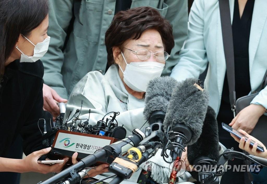 資料圖片:4月21日,在首爾市瑞草區的中央地方法院,李容洙老人在敗訴後閉目不語,難掩失望。 韓聯社