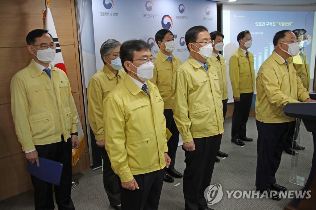 4月26日,在政府首爾大樓,代行國務總理職務的副總理兼企劃財政部長官洪楠基(右)發表談話。 韓聯社