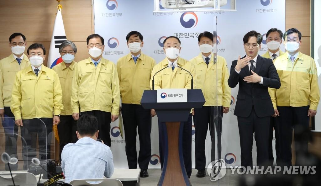 4月26日,在政府首爾大樓,代行國務總理職務的副總理兼企劃財政部長官洪楠基發表談話。 韓聯社