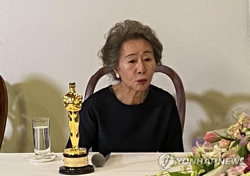 當地時間4月25日,在南韓駐洛杉磯總領館,憑藉電影《米納�堙n榮膺第93屆奧斯卡獎最佳女配角獎的南韓演員尹汝貞與南韓記者座談。 韓聯社