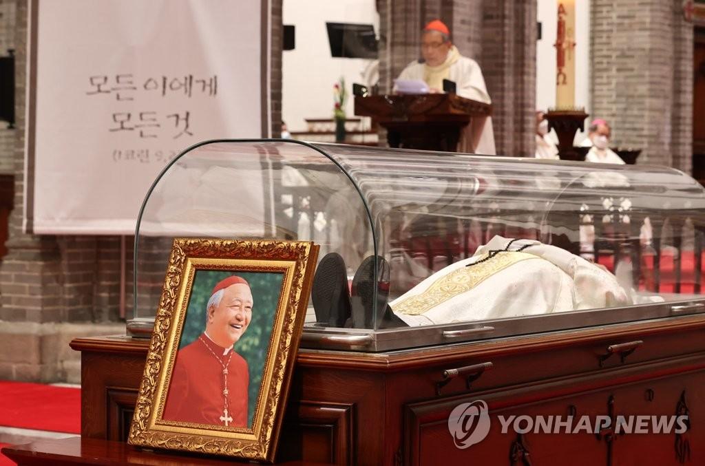 4月28日淩晨,在明洞天主教堂,南韓天主教首爾大教區區長、樞機主教鄭鎮奭的殯葬彌撒舉行。鄭鎮奭于27日因病去世,享年90歲。 韓聯社