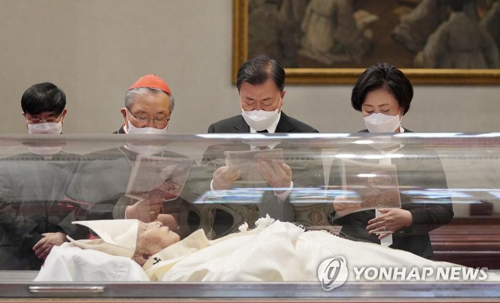 4月29日上午,南韓總統文在寅(右二)和夫人金正淑(右一)前往首爾明洞天主教堂弔唁樞機主教鄭鎮奭。 韓聯社