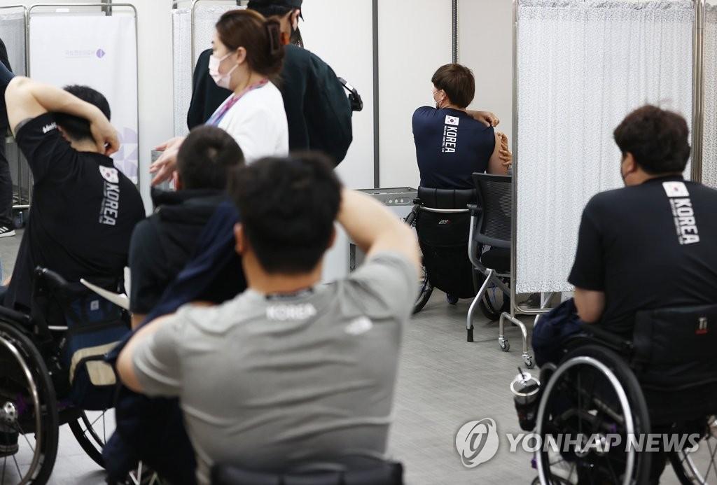 資料圖片:東京殘奧會南韓代表團接種疫苗。 韓聯社