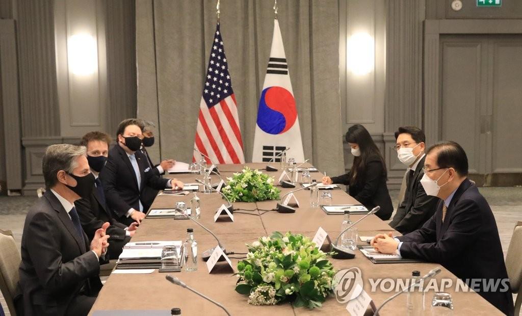 5月3日,在英國倫敦,為出席七國集團(G7)外長會議訪英的南韓外長鄭義溶(右一)同美國國務卿安東尼·布林肯(左一)舉行雙邊會談。 韓聯社