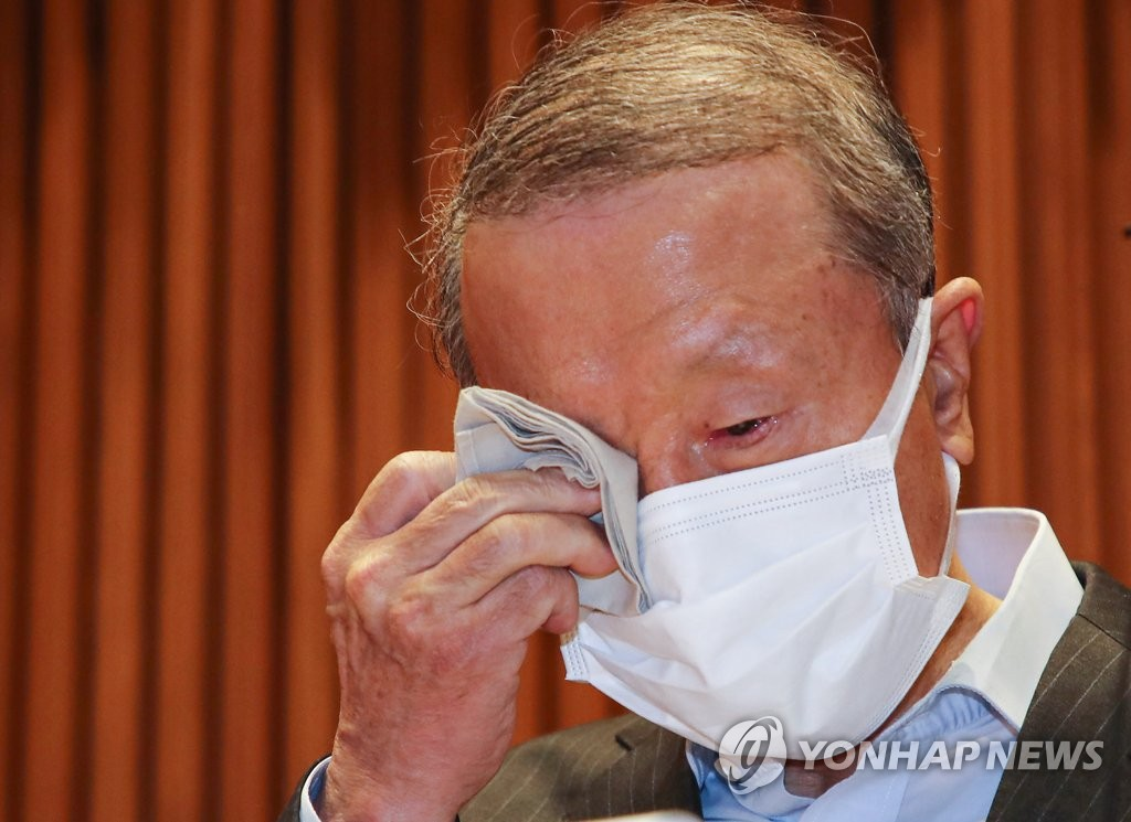 5月4日,南陽乳業會長洪源植在記者會上落淚。 韓聯社