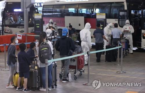 旅印韓僑赴隔離設施