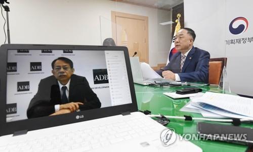 韓副總理洪楠基線上會見亞行行長淺川雅嗣